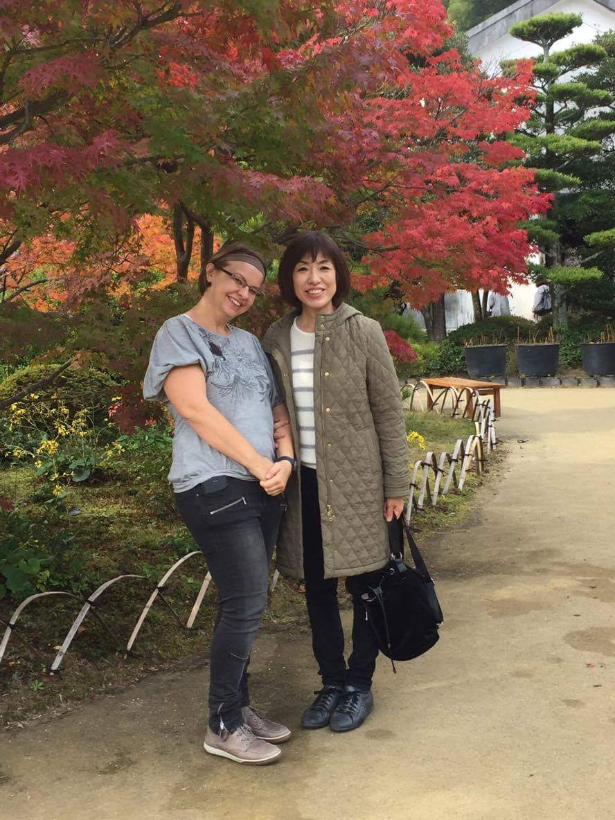 Bambusowe-wygrodzenie-do-złudzenia-podobne-do-tego-które-mamy-w-Ogrodzie-Japońskim-w-Gdańsku-Shimonseki-Japonia-na-zdjęciu-Ania-Anna-Kotula-z-japońską-matką-goszczącą-Kum