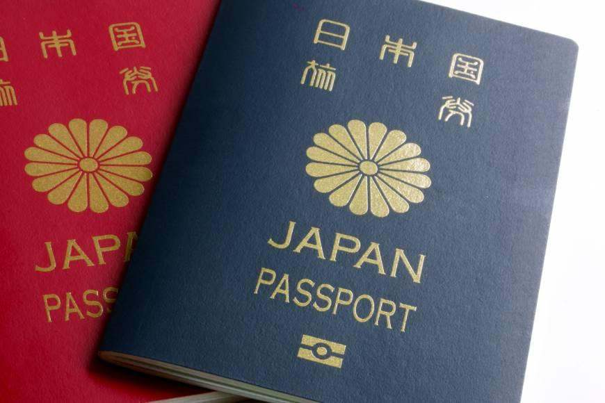Paszporty-japońskie-z-symbolem-chryzantemy-źródłohttpswww.japantimes.co_.jpnews2018-HYPERLINK-httpswww.japantimes.co_.jpnews20180302nationaljapan-ties-singapore-top-passport-pow.j