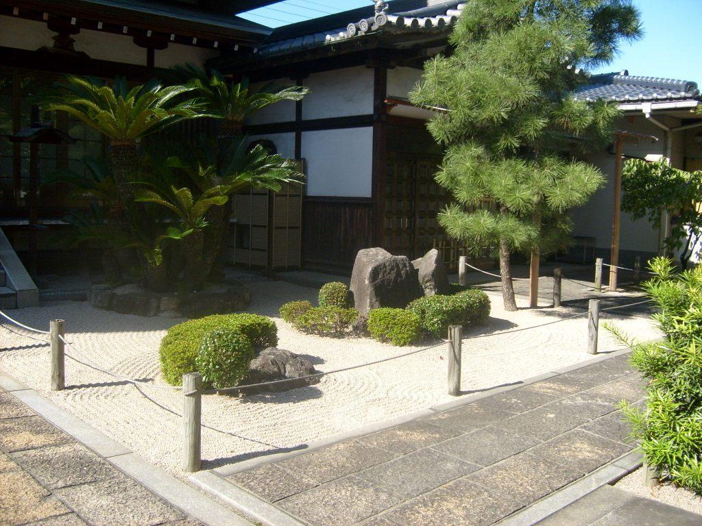 Przykład-japońskiego-ogrodu-suchego-krajobrazu-Karesansui-Kumamoto-Japonia-autor-Ania-Anna-Kotula-z-Tour-Guide-Service-Gdańsk