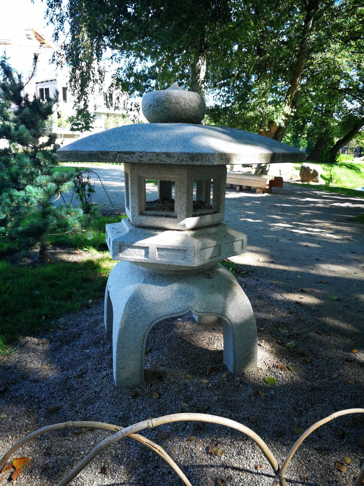Tōrō-latarnia-w-stylu-japońskim-Ogród-Japoński-w-Parku-Oliwskim-w-Gdańsku-autor-Ania-Anna-Kotula-z-Tour-Guide-Service-Gdańsk