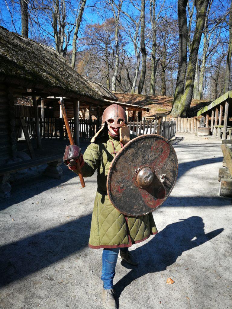 Grodzisko-w-Sopocie-Ania-Anna-Kotula-w-stroju-wojownika-Foto-www.tourguideservicegdansk.pl