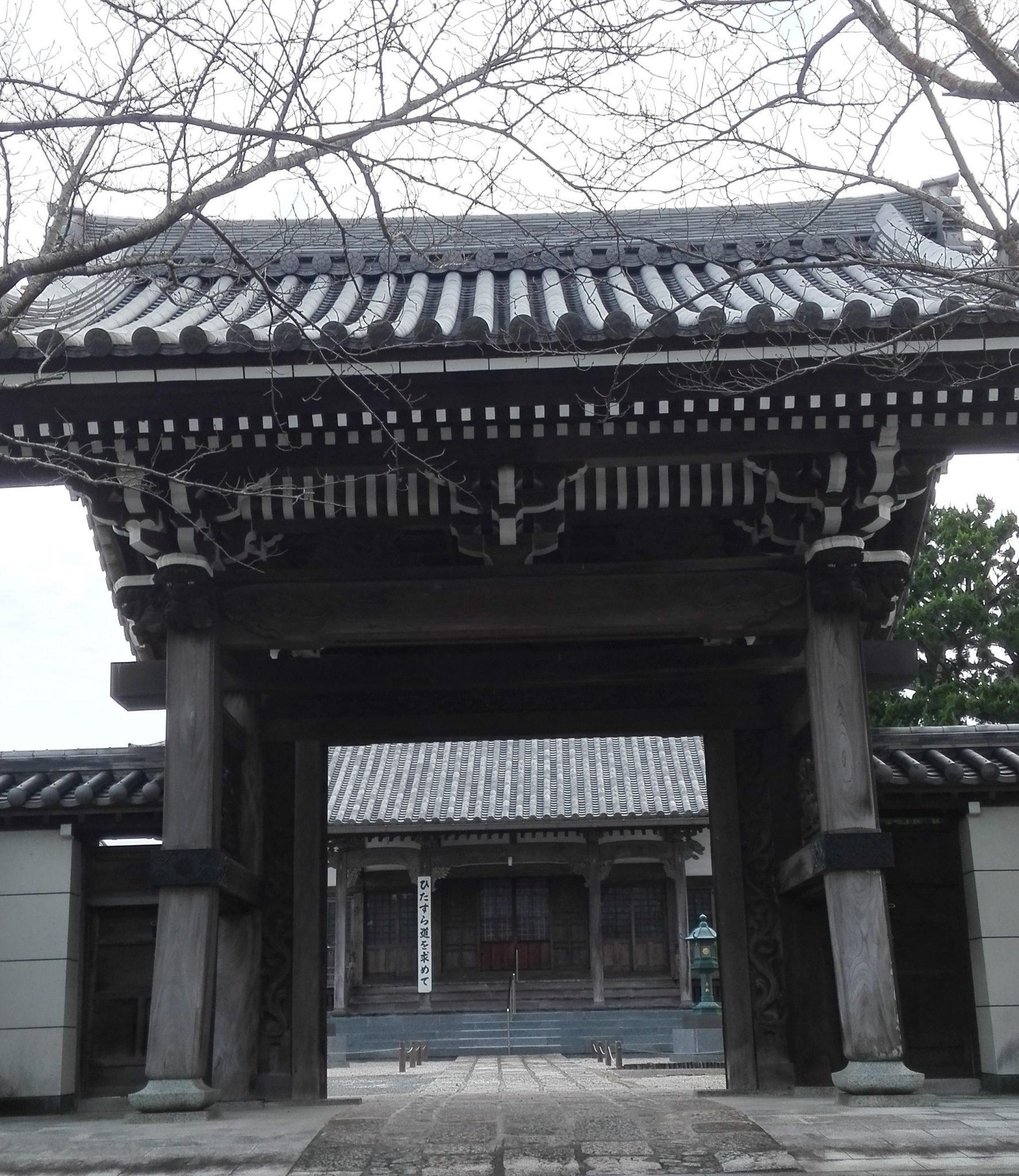 Buddyjska-brama-mon-Imari-Japonia-autor-Ania-Anna-Kotula-z-Tour-Guide-Service-Gdańsk