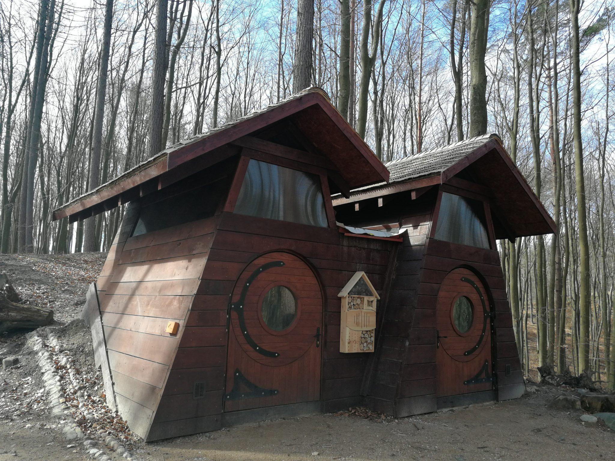 Leśny-Ogród-Botaniczny-w-Marszewie-domki-hobbitow-zdjęcie-Ania-Anna-Kotula
