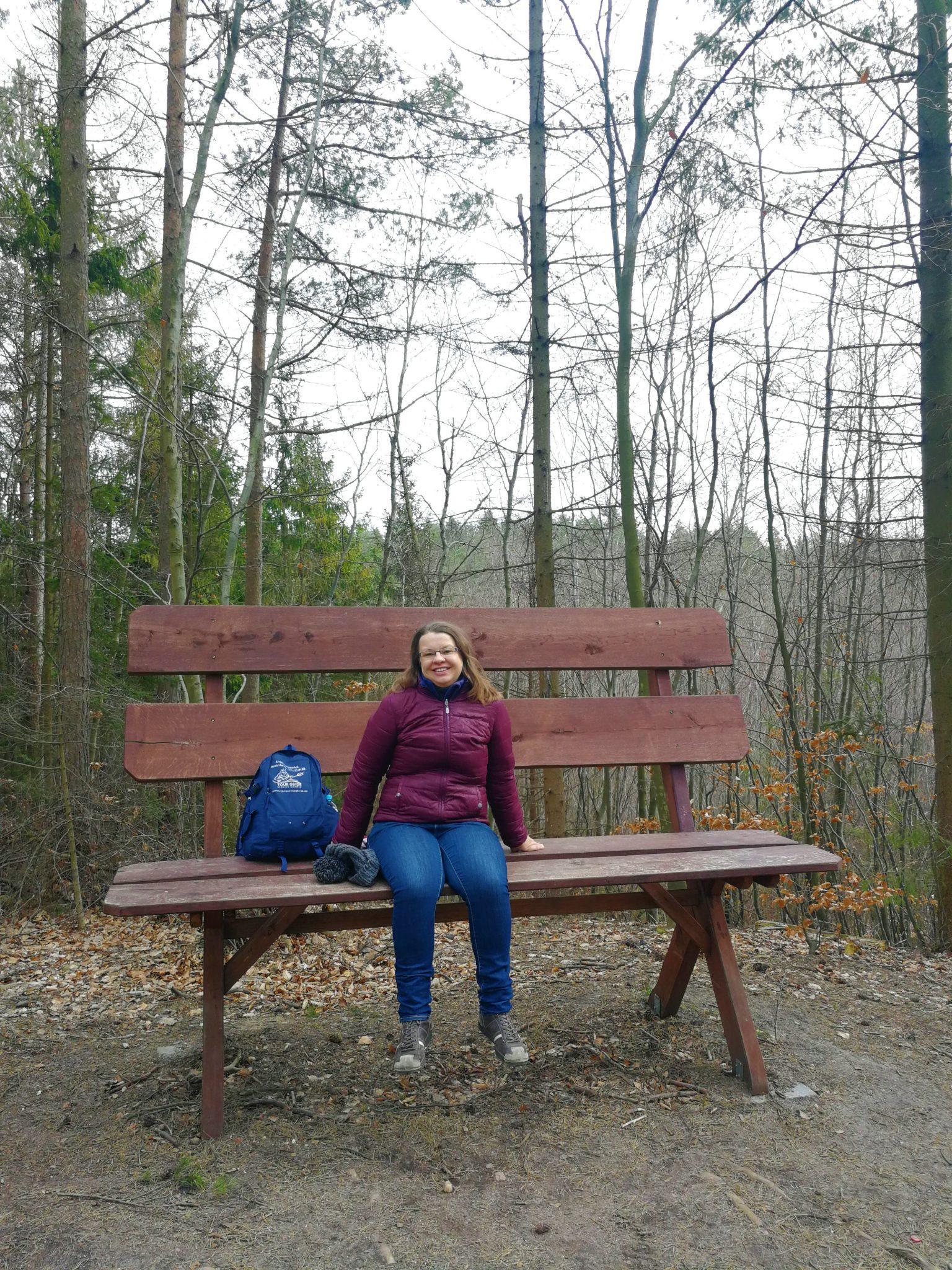 Szlak-Alicji-w-Marszewie-ławki-dla-olbrzymów-na-zdjeciu-Ania-Anna-Kotula-z-Tour-Guide-Service-Gdansk